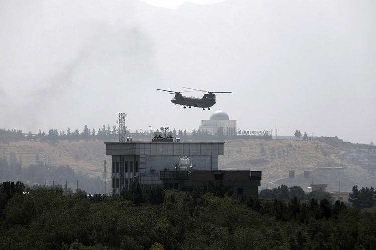 Между тем в Кабуле началась экстренная эвакуация западных посольств, персонал которых уже заблаговременно перебрался в столичный аэропорт