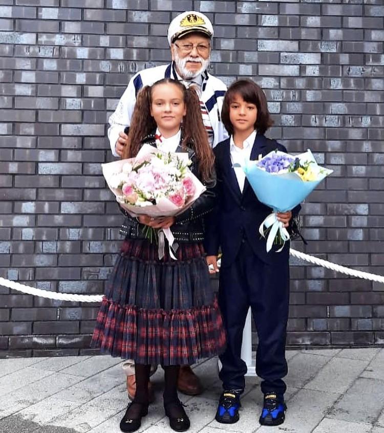 Дети Филиппа Киркорова с дедушкой.
