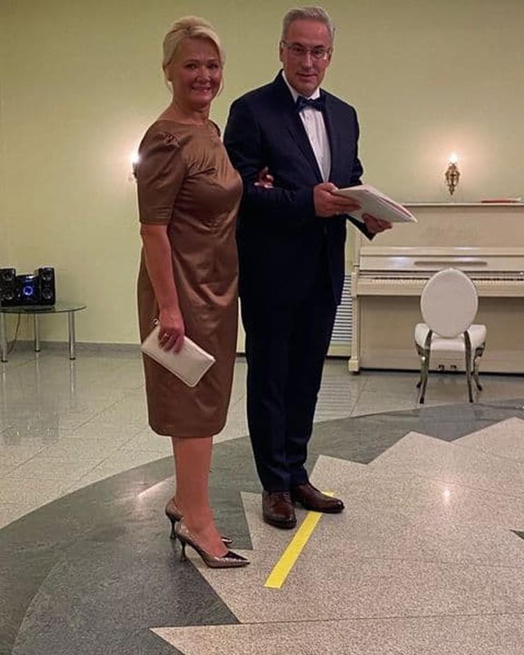 О радостном событии известный ведущий сообщил лично, опубликовав фотографии с новой избранницей.