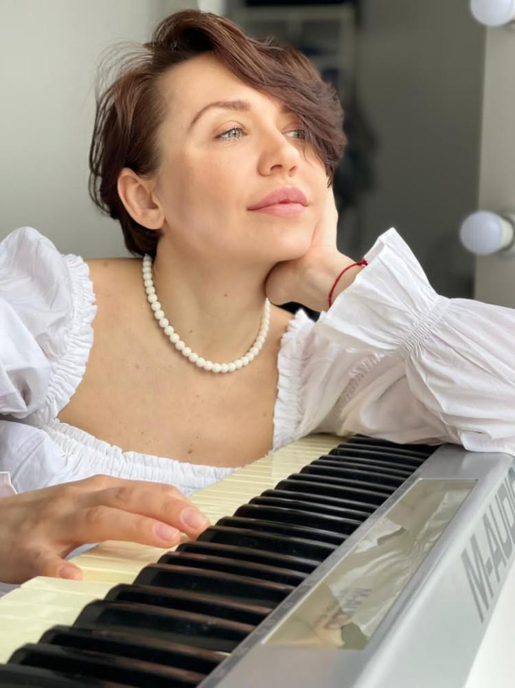 Педагог по вокалу Юлия Таравкова послушала главные женские хиты осени