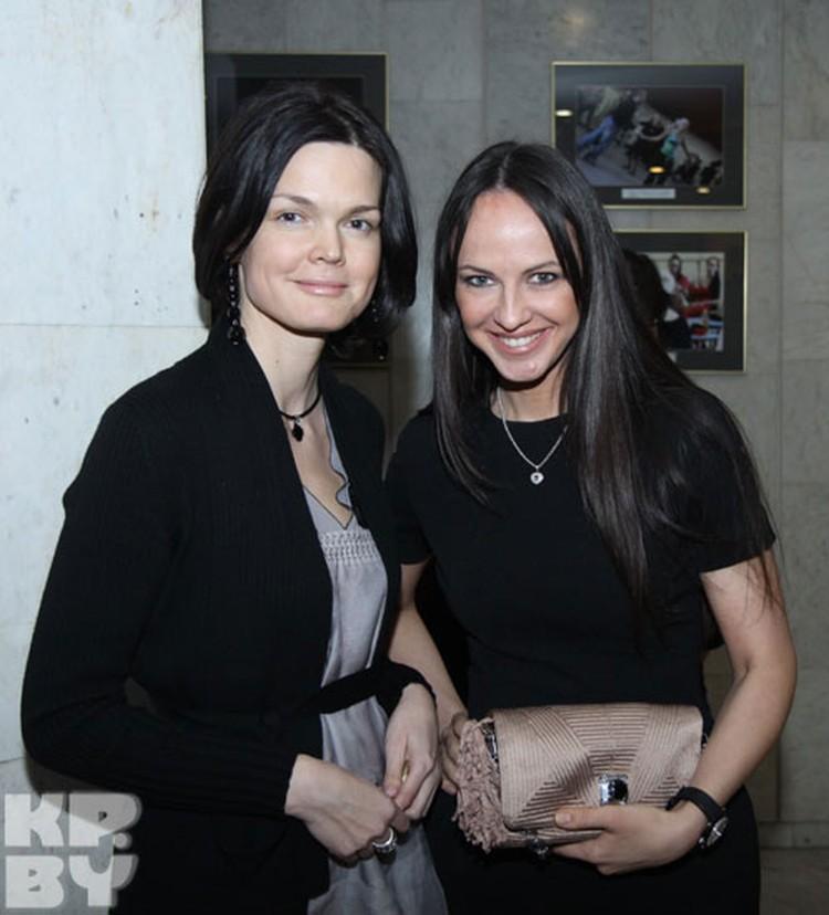 Телеведущая Алина Кравцова пришла на премьеру с подругой.