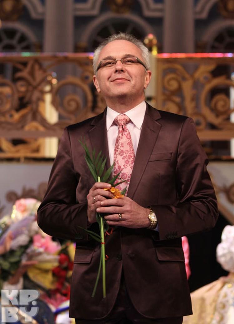 Киму Брейтбургу белорусская поклонница подарила герберу. Правда, цветок тут же отвалился от стебля.