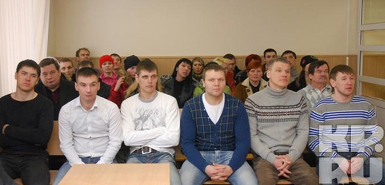 Обвиняемые (6 человек на переднем плане) говорят, что никого не били и не лишали свободы.