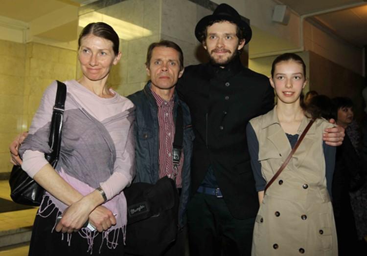 Григорий Добрыгин (второй справа), сыгравший главную роль в фильме «Как я провел этим летом», пришел на церемонию вручения «Ники» с родителями и сестрой