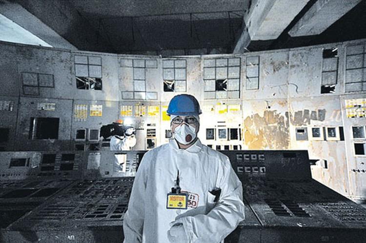 Корреспондент «КП» побывал в комнате, где установлен пульт управления четвертым энергоблоком. Все оборудование «выдрано». По одной из версий, его сняли, чтобы проанализировать, не могла ли техническая неполадка стать причиной ЧП. Уровень радиации в комнат