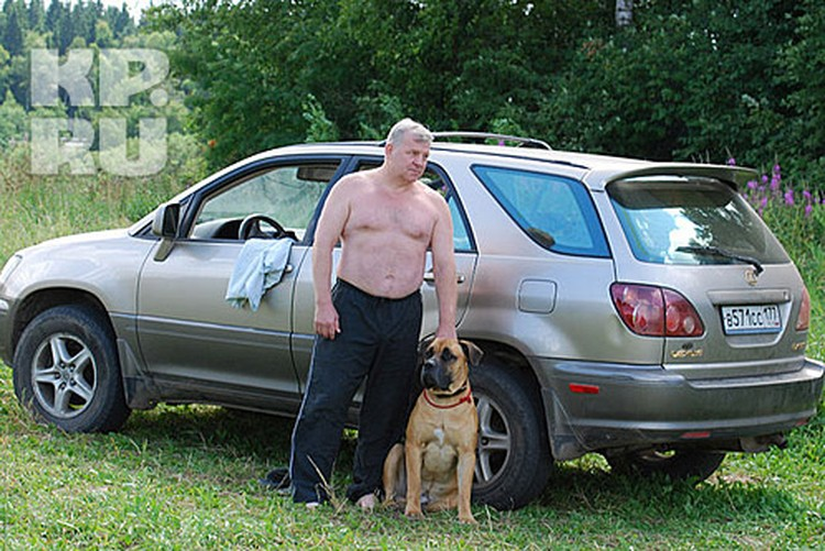 """Николай Савельев с любимой собакой на фоне своего новенького """"Лексуса""""."""