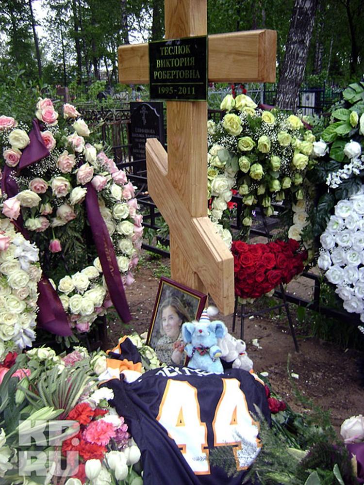 На могиле Вики Теслюк - цветы и мягкие игрушки.