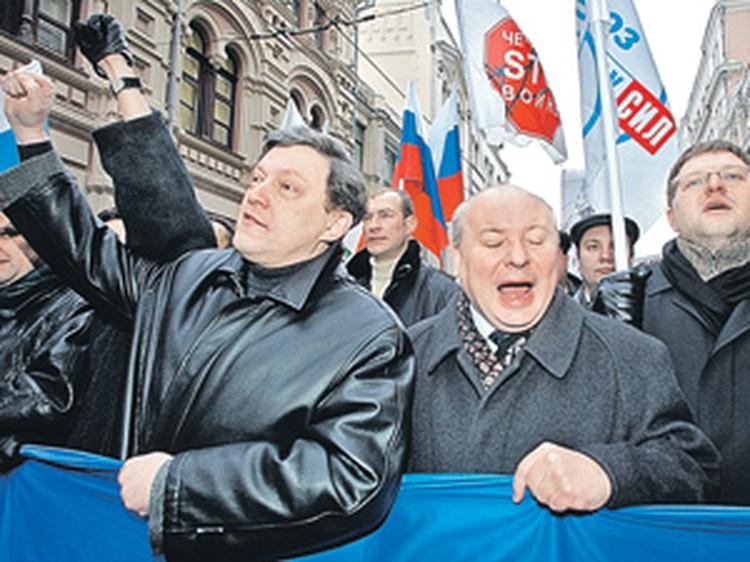 Редкий кадр. Несмотря на все непримиримые разногласия, российские либералы периодически объединялись. Но ненадолго. Григорий Явлинский, Егор Гайдар и Никита Белых - на антифашистском митинге в декабре 2005 года.