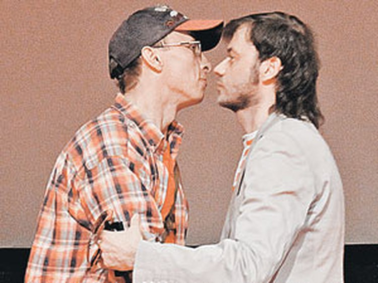 Режиссер Константинопольский (справа) и актер Охлобыстин расцеловались в знак примирения.