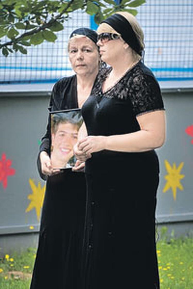 Мама погибшего (на фото справа) и его крестная считают, что медики не все сделали для спасения Вани