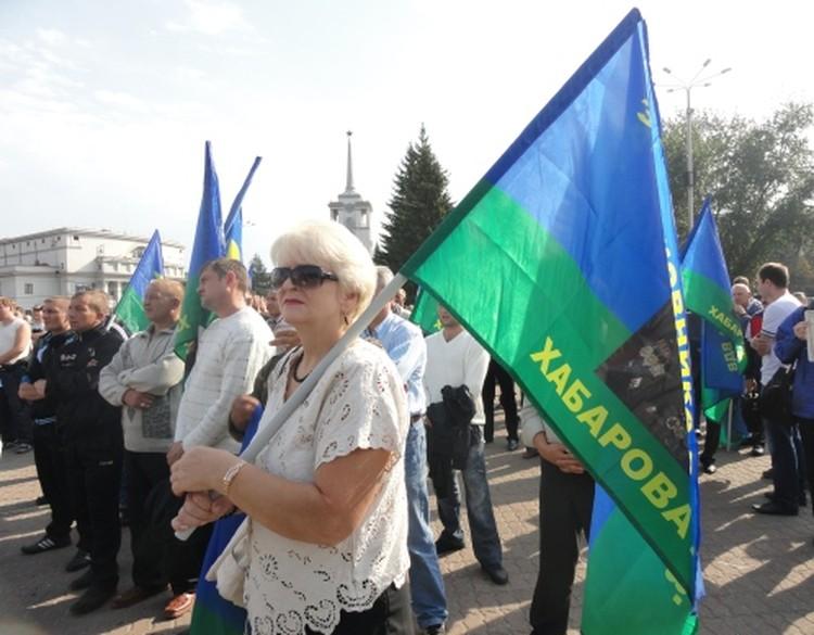 На митинг собралось около 300 человек