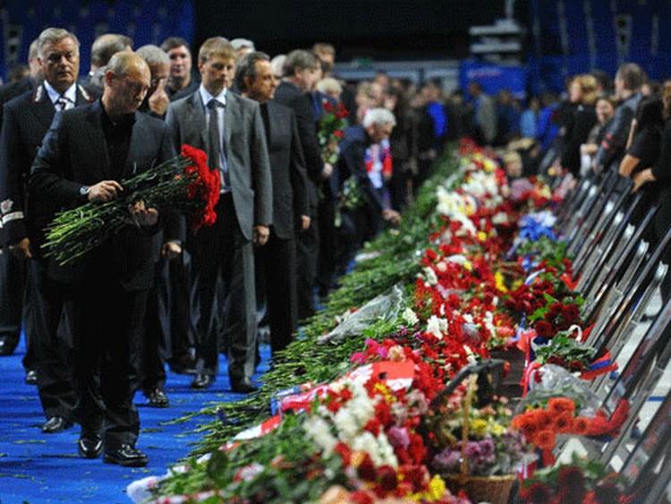 Останавливаясь на несколько секунд у каждого гроба, Путин, с сочувствием глядя в глаза родственникам, наклонялся, чтобы положить гвоздики рядом с портретами погибших ребят.