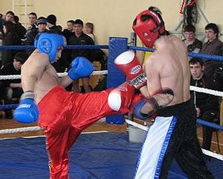 Александр Хромов (в красном шлеме) выступал на профессиональном ринге.