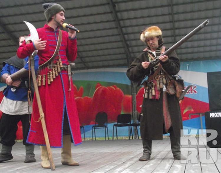 Ребята из военно-исторического клуба «Святояр» не только сражались, но и рассказывали про древнее оружие.