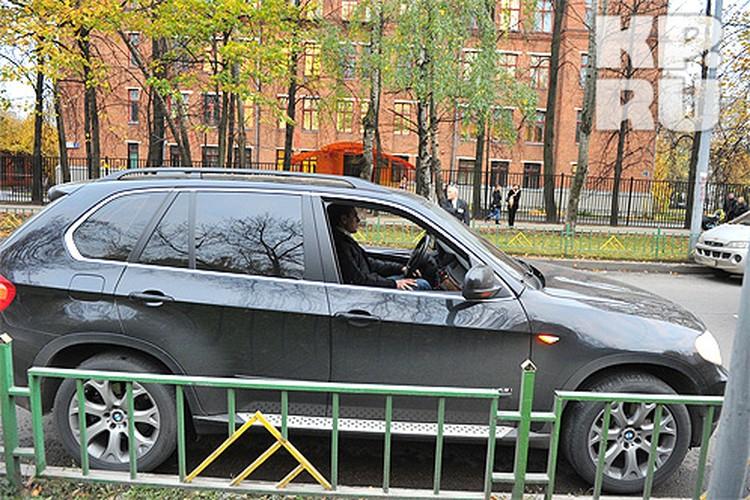 Свидетели указывают, что девочка неожиданно выскочила на дорогу прямо перед капотом автомобиля