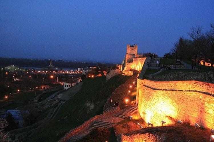 Замок Белграда - не только мощное фортификационное сооружение, но и место, где проводят вечера подростки.