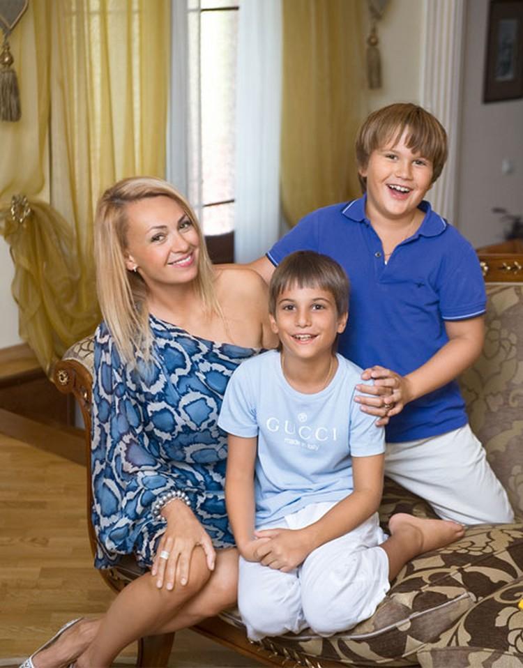 Дети Рудковской от первого брака: Андрей (на фото - в центре) и Николай Батурины.