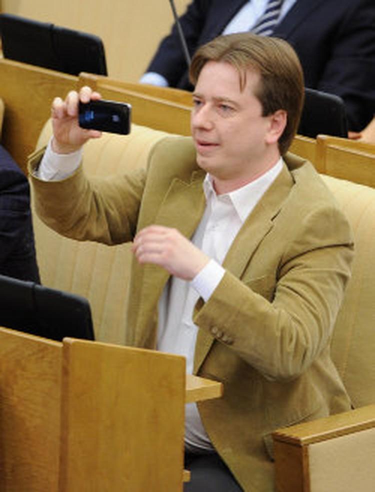 """Бурматов прокомментировал этот снимок в своем микроблоге: """"Это я выступление Вольфыча снимаю, в котором он мой твиттер пиарит))))"""""""
