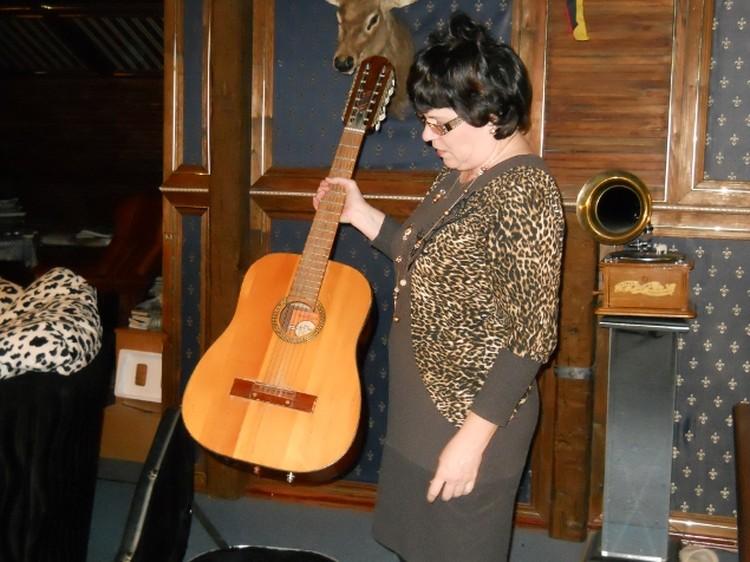 Любимая гитара Михаила хранится в ТОЙ самой комнате... (на фото Ольга Медведева)