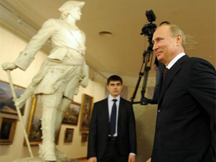 Перед встречей с представителями музейного сообщества Владимир Путин осмотрел экспозицию Саратовского художественного музея.