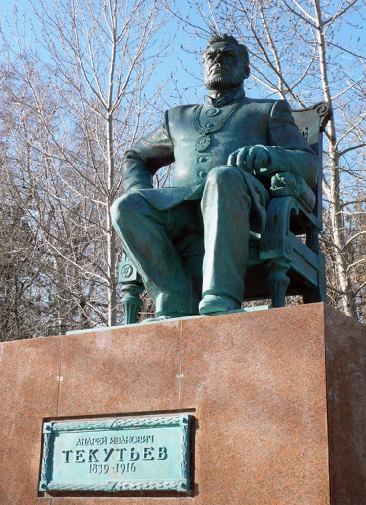 Памятник Андрею Текутьеву.
