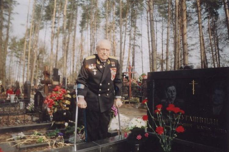 Виталий Попков на московском Троекуровском кладбище у могилы друга детства и однополчанина генерала Василия Сталина-Джугашвили.