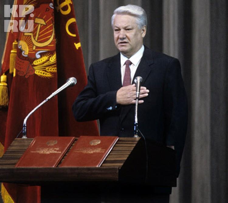 Присяга произносится с возложением руки на специальный экземпляр Конституции РФ. Интересно, что в 1991 году Борис Ельцин забыл это сделать, прижав руку к левой стороне груди