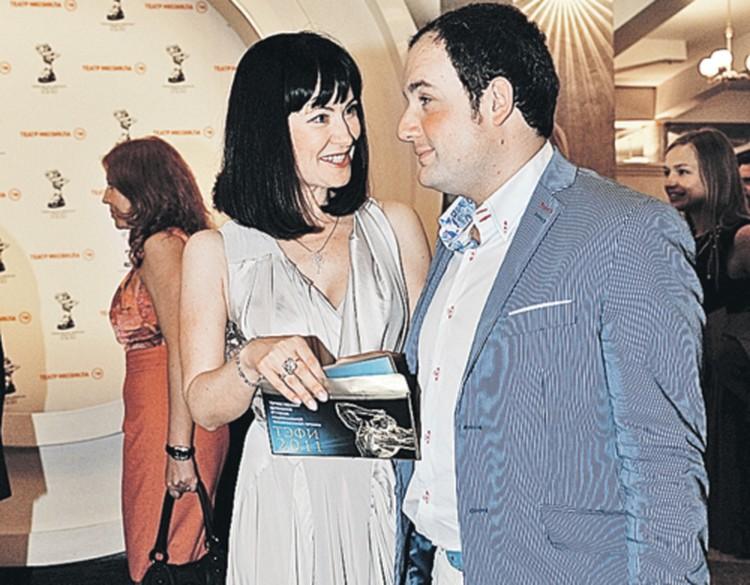 Муж Нонны Гришаевой актер Александр Нестеров не отходил от супруги: то рассмешит, то воды подаст.
