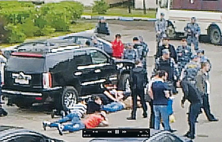 Полиция быстро уложила драчунов на асфальт.