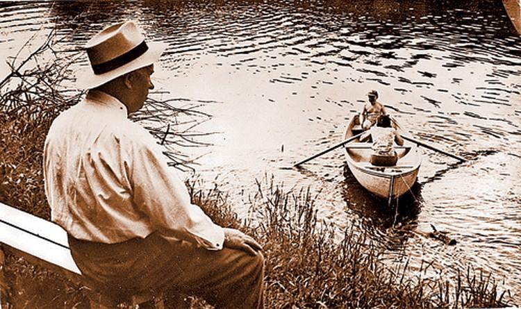 1966 год. Хрущев на берегу Истры наблюдает за внуком Никитой, который катается на лодке. Фото публикуется впервые.