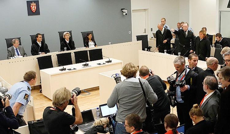Террорист позирует журналистам в зале суда.