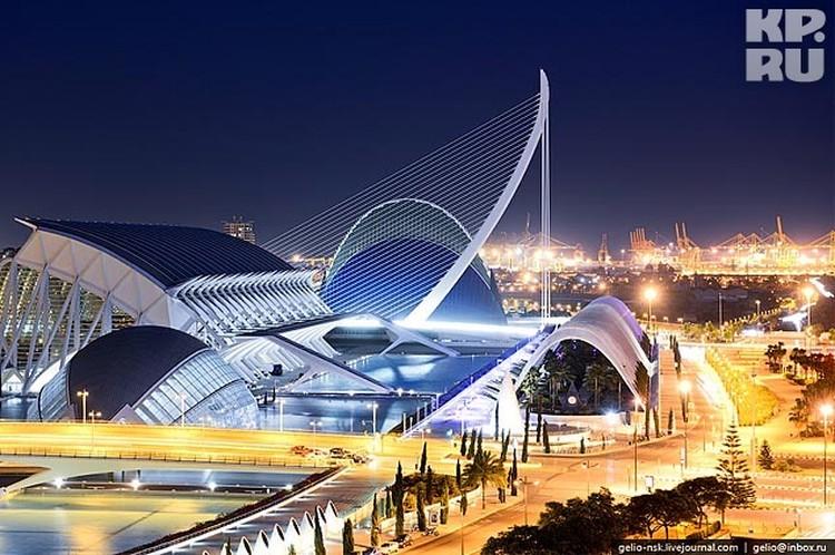 Дизайн этого шедевра архитектуры принадлежит Сантьяго Калатрава