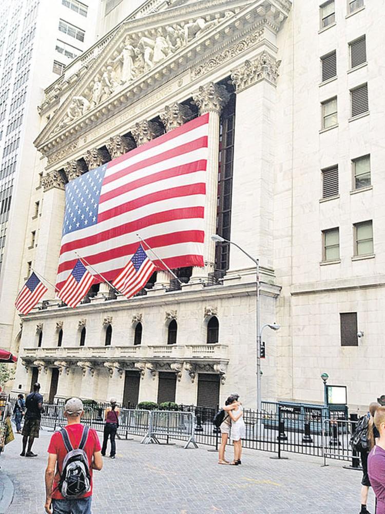 Вот она - Нью-Йоркская фондовая биржа (NYSE). Пока туристы целуются, люди делают многомиллионные состояния.
