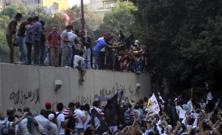 Стена посольства испещрена оскорбительными надписями