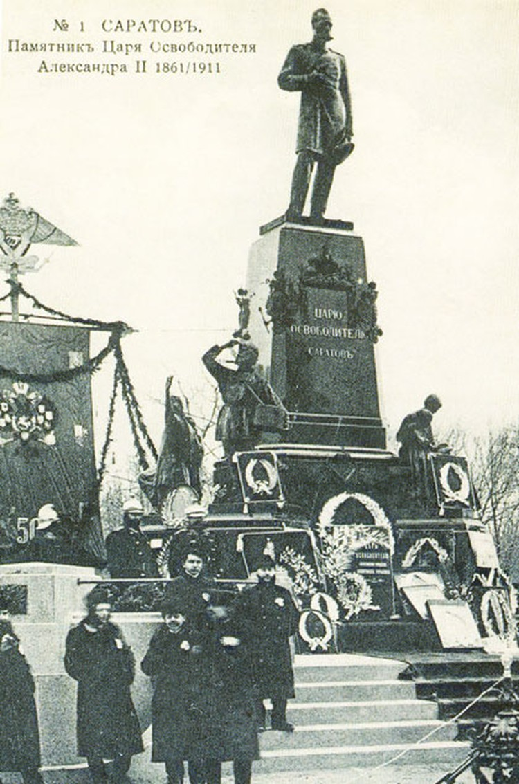 А так выглядел в составе монумента Александру II