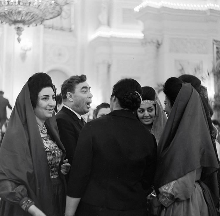 Леонид Ильич подумал, что где-где, а на Всемирном конгрессе женщин должно быть много. И не ошибся.