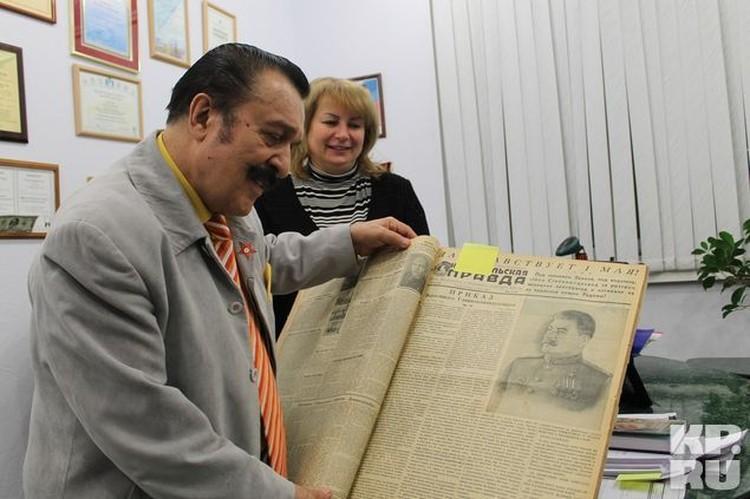 """Вилли Токарев заинтересовался раритетным номером """"Комсомолки"""" и фотографией Сталина."""