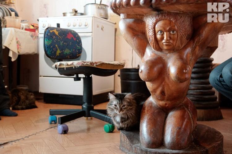 На кухне у мастера мы пили чай, сидя за таким замечательным столом. Светлана, жена Михаила, - первый поклонник таланта мужа - ценит все, что он мастерит для дома.