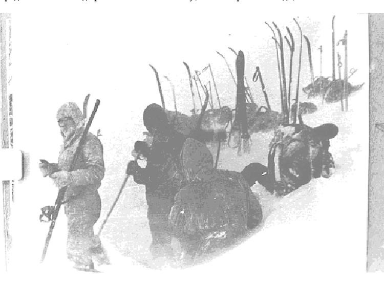 Одна из последних фотографий дятловцев. Туристы устанавливают палатку на перевале.