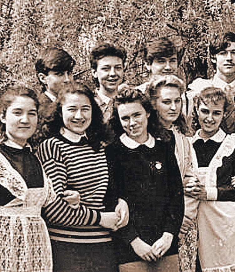 1989 год, Украина, Донецк. Ира Дукова (Кабанова, Черска) - третья слева.
