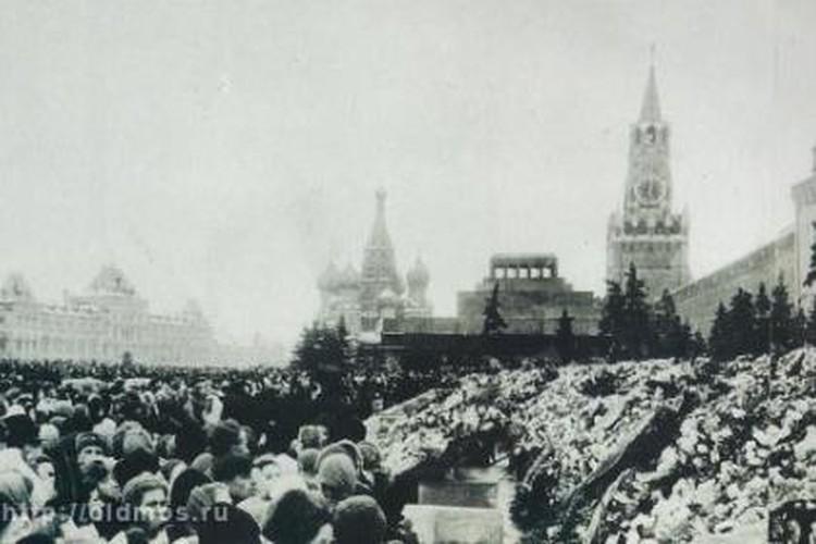 Часть венков оставляли в ГУМЕ - у Кремлевской стены не осталось свободного места