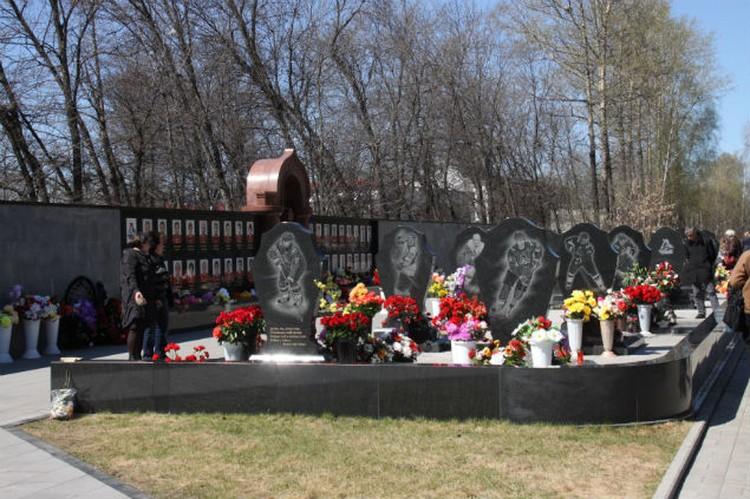 К могилам погибших ребят народ ходит до сих пор.