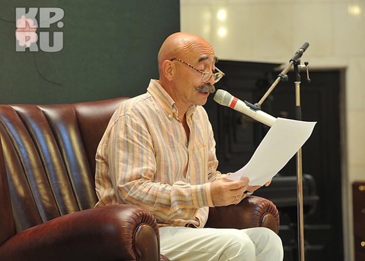 Рассказав пару тематических анекдотов, Собчак передала микрофон первому выступающему – Андрею Бильжо