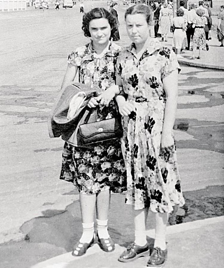 Двоюродная и любимая сестра Зыкиной Зинаида (слева)  и подруга детства Елена Лосева.
