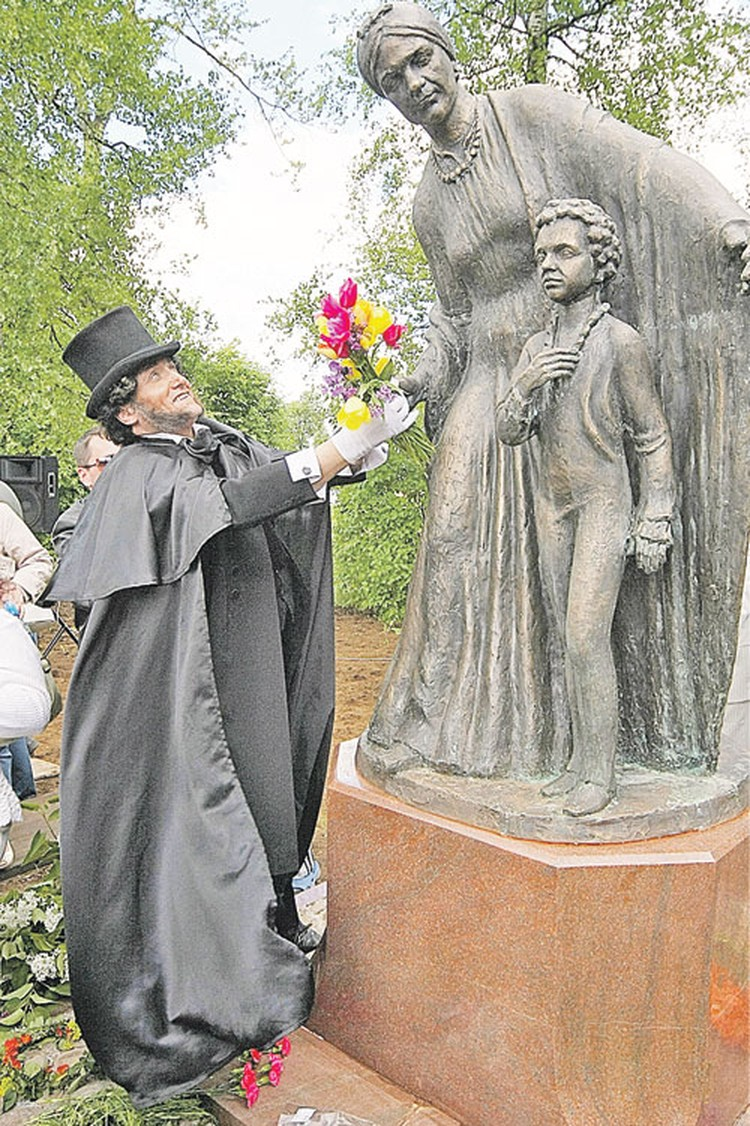 Памятник Арине Родионовне и юному поэту в Гатчине.