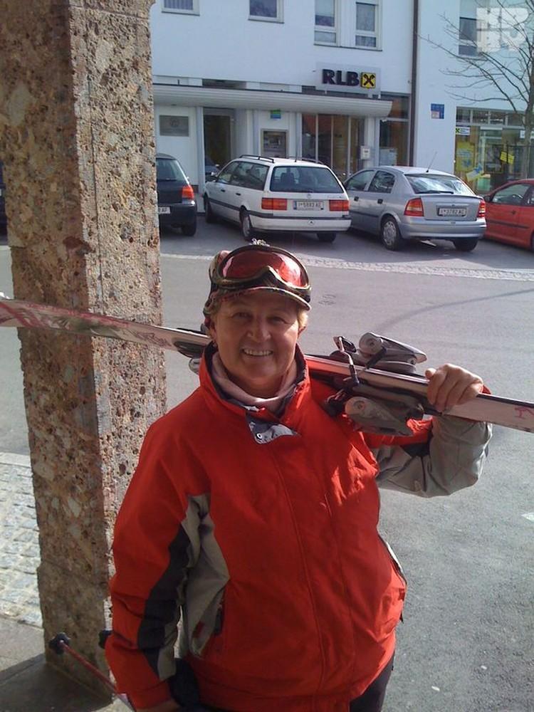 В 48 лет Ольга Витальевна встала на горные лыжи, а затем в один день бросила курить. Объясняет просто: «Закрыла шторки и не вспоминаю!»