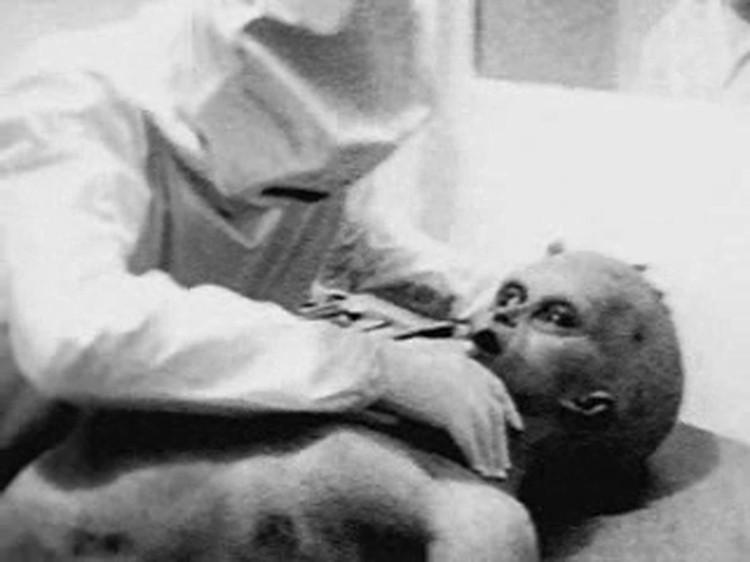 Есть версия, что американцы вскрывали инопланетян, якобы погибших в 1947 году в Розуэлле: кадр из фильма, запечатлевшего вскрытие