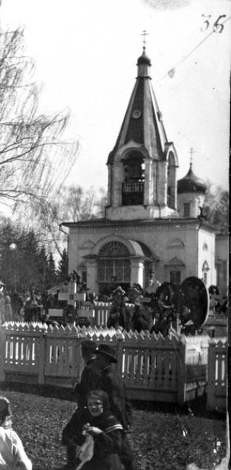 В родительскую субботу на Троицком кладбище Ижевского завода