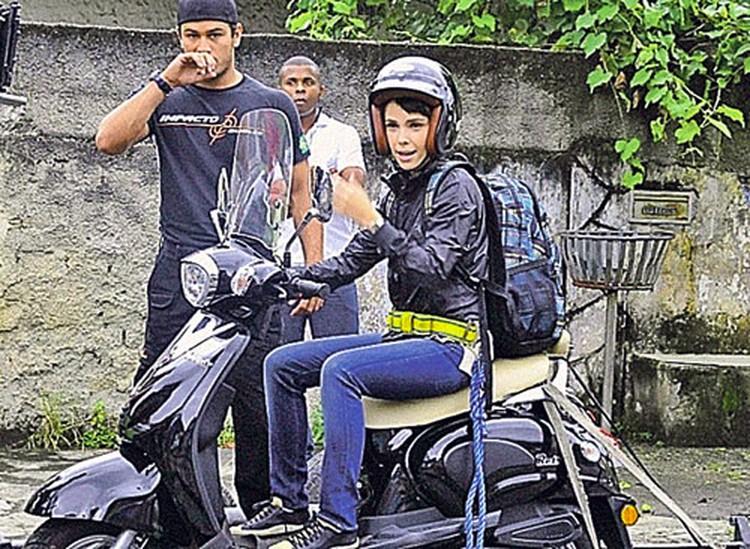 Исполнительница роли Нины актриса Дебора Фалабелла укротила мотоцикл.