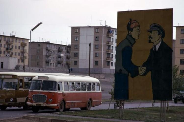 Когда-то символы советско-монгольской дружбы были в столице Монголии Улан-Баторе на каждом шагу. На фото - первый социалистический монгольский лидер Сухэ-Батор жмет руку Владимиру Ленину.